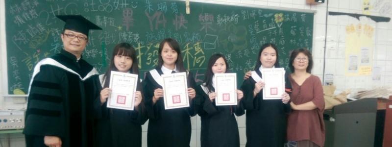狂賀!! 本校護理科學生張舒晴(照片左二)本年度國考「護理師」榮登全國第一名榜首!